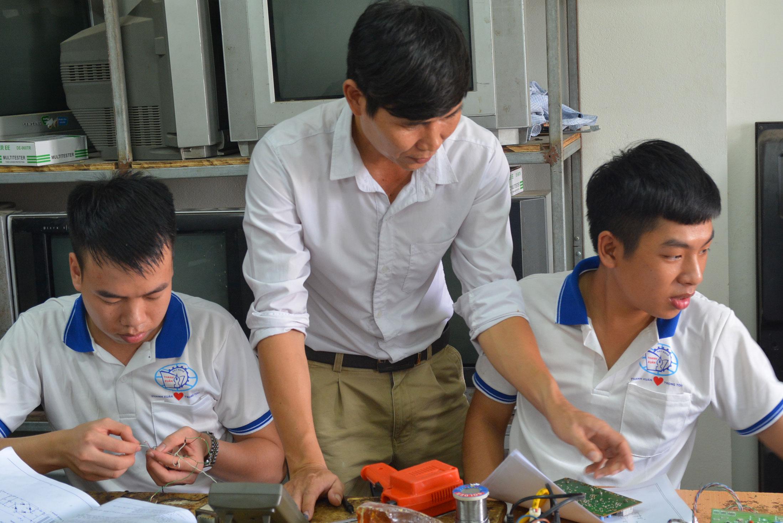 Lớp học sửa chữa điện tử